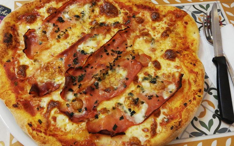 Pizza con lievito madre con speck e taleggio