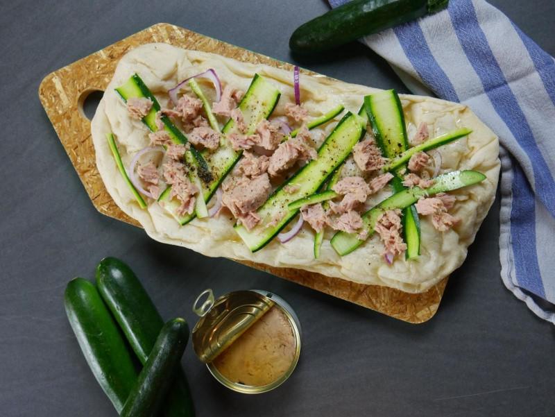 Focaccia cipolle, zucchine, tonno e il suo olio