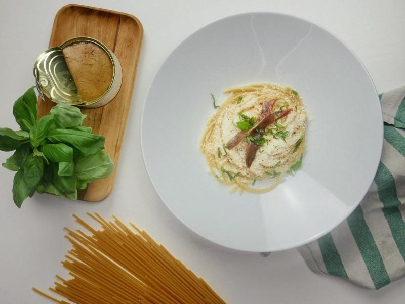 Pasta in bianco: spaghetti olio, parmigiano, acciughe e basilico